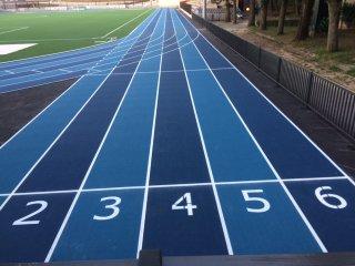 Traçage des numéros de couloirs d'une piste d'athlétisme sur sol en caoutchouc
